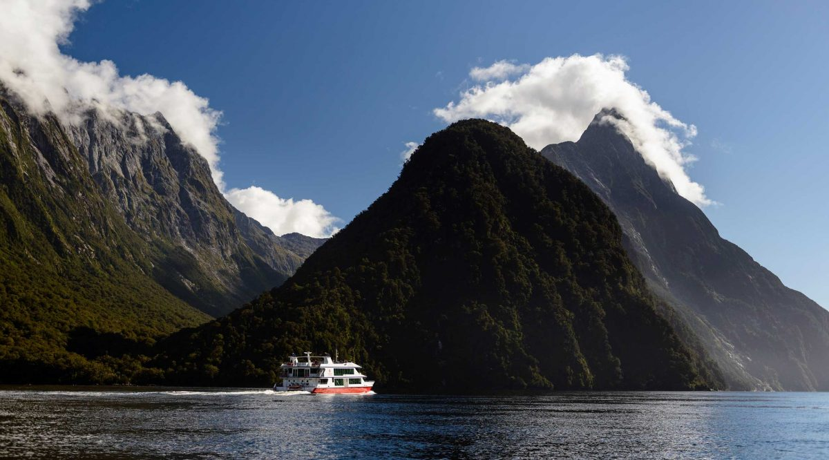 Backpacker Bus Milford Sound cruise